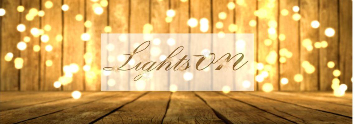 Lights-ON Titelbild: Holz vor Lichterwand und Logo im Vordergrund