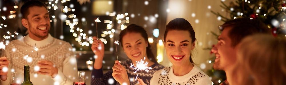 Titelbild Unterhaltung & Bewegung: Mehrere lachende Menschen feiern gemeinsam mit Sternsprühern