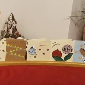 Gestalten von Weihnachtskarten mit der ganzen Familie